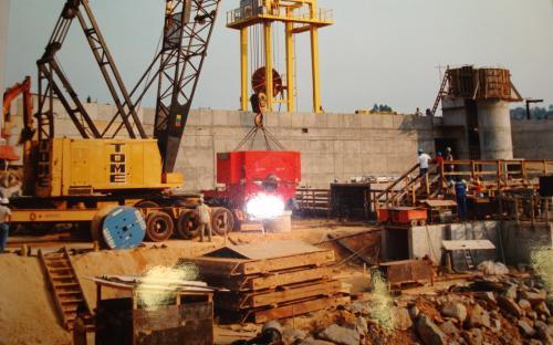Foto emoldurada da construção da usina, pendurada na parede