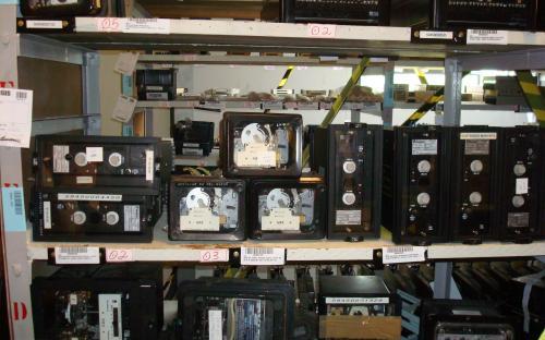 equipamentos nas estantes