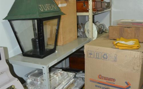 Reserva técnica do Museu com parte do acervo CPFL: fotos e objetos encaixotados