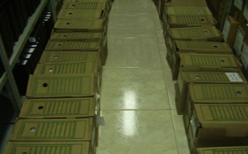muitas caixas no chao da sala do arquivo técnico da UHE Mogi